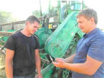 Молодой комбайнер Козаренко и главный агроном Денис Татаринцев
