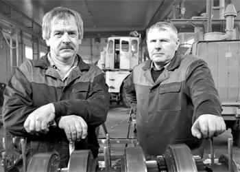 Слесари по ремонту Кировцев: Валерий Терешко и Александр Ткаченко