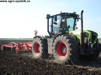 импортные трактора в поле